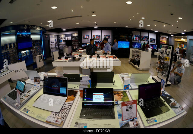 fisheye-lens-image-of-shoppers-in-the-so