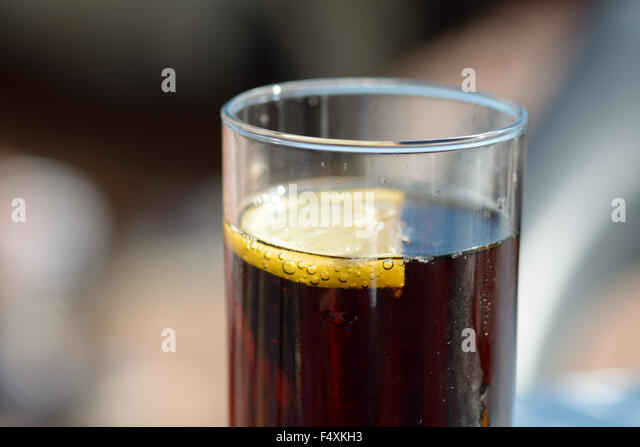 a-slice-of-lemon-in-a-glass-of-cola-F4XK