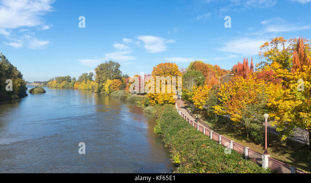 the-willamette-river-flows-beside-a-bike