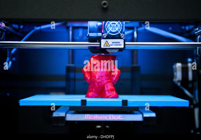 London, UK. 7th November 2013. a MakerBot Replicator 2 3D printer printing a red gnome is on display at the 3D Printshow - Stock Image