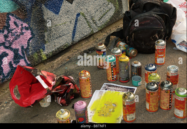 spray-paint-cans-used-in-painting-graffi