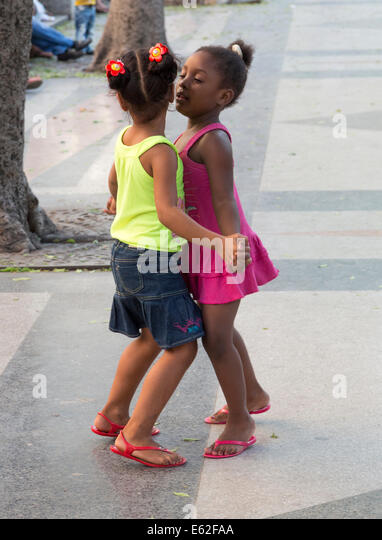 two young girls dancing on a Sunday evening, Paseo de Prado avenue, Havana, Cuba - Stock Image