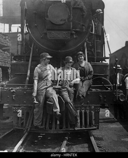 wwi-women-laborers-1918-hrntek.jpg