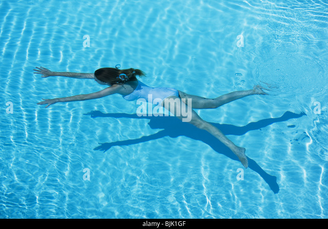 Woman swimming in pool - Stock Image