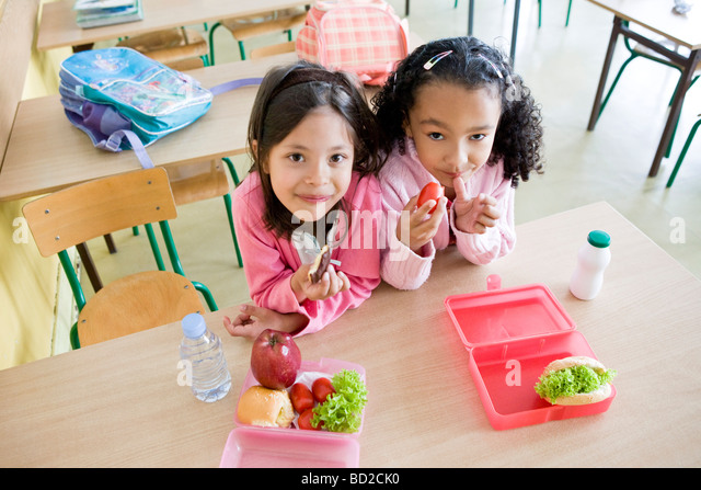 girls eating lunch at school - Stock Image