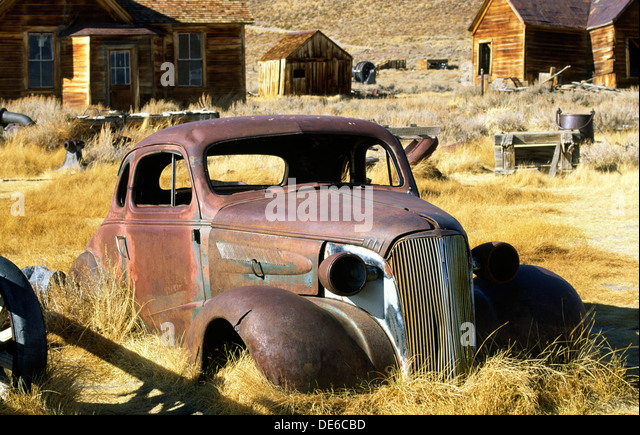 abandoned-vintage-car-automobile-in-the-