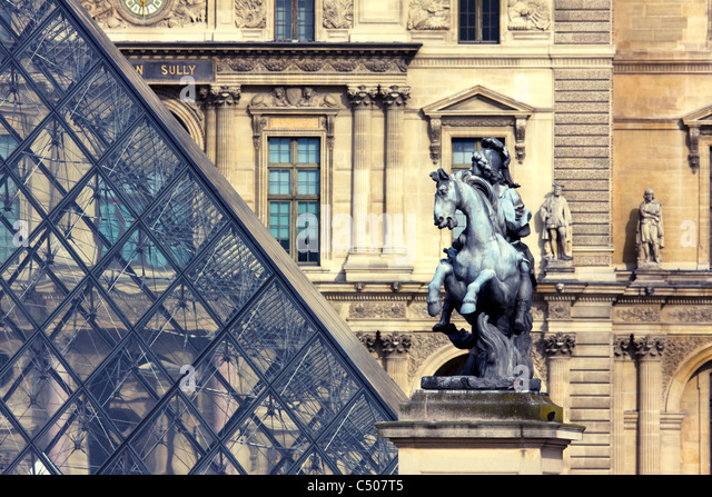 Equestrian statue of Louis XIV in the courtyard of the Musée du Louvre, Paris, France. - Stock Image