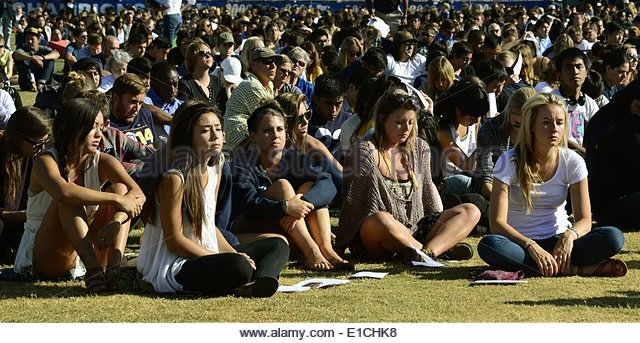epa04228909 Students attend a memorial event for the six UCSB students killed and 13 wounded in a shooting rampage - Stock Image