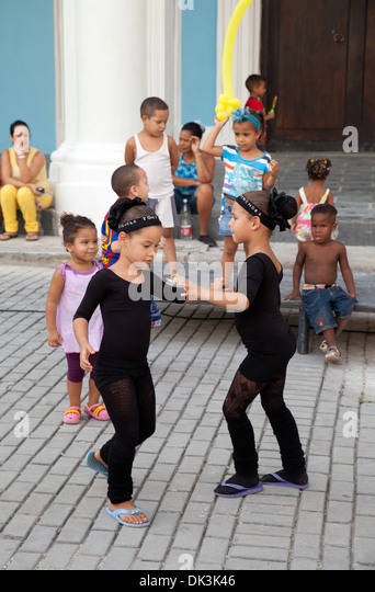 Cuban children age 5-8 years, dancing to music in the street, Plaza Vieja, Havana cuba, Caribbean - Stock Image
