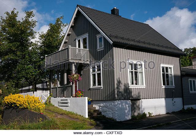 pretty-wooden-clad-house-svolvaer-lofote