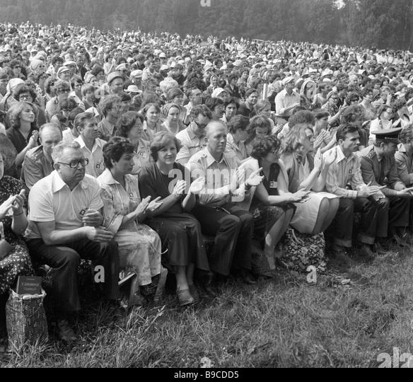 http://c7.alamy.com/zooms/db0e226682414b768615b686f8a30824/spectators-on-a-mikhailovskoe-meadow-on-opening-day-of-all-union-pushkin-b9cdd5.jpg