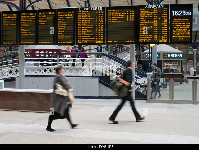 blurred-people-hurrying-to-catch-train-b