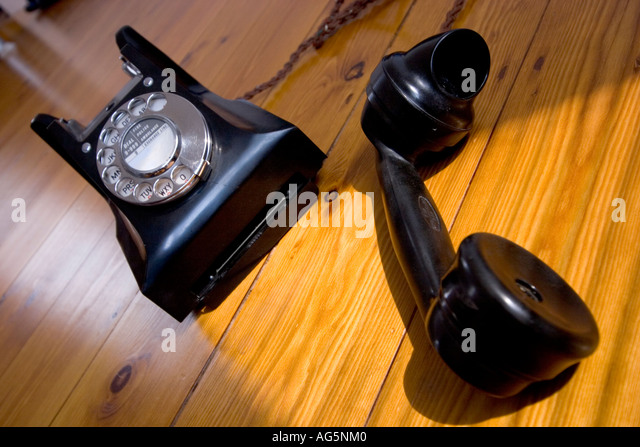 old-vintage-bakelite-telephone-with-spin