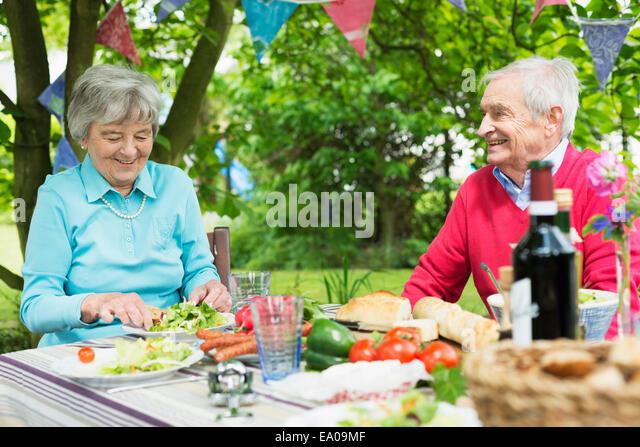 Senior couple eating lunch al fresco - Stock Image