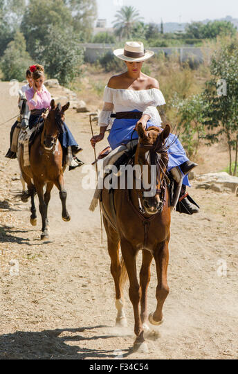 spanish-couple-in-traditional-dress-on-h