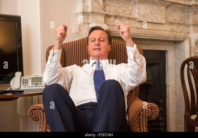 Du du du! Cameron annuncia che May lo sostituira' e poi canticchia, dimenticandosi del microfono ancora acceso!