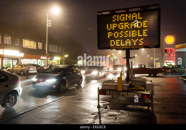 sign-warning-of-traffic-delays-at-night-