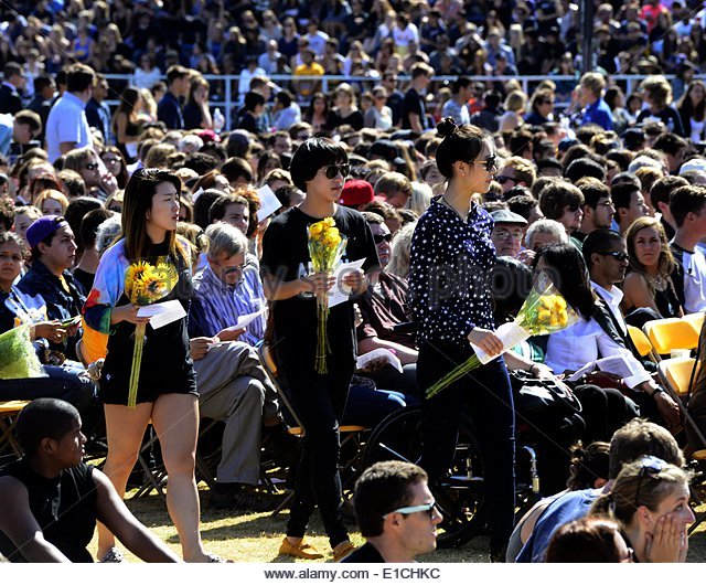 epa04228913 Students carry flowers as they attend a memorial event for the six UCSB students killed and 13 wounded - Stock Image