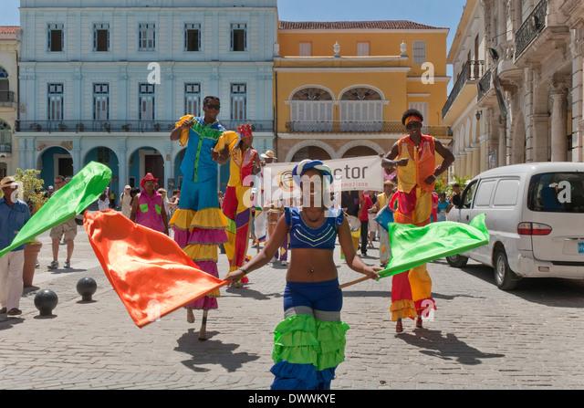 Street Artists on stilts in Plaza Vieja, Habana Vieja, Havana, Cuba - Stock Image